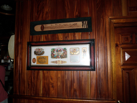 額に入って飾られているハバナシガーのブランドロゴ
