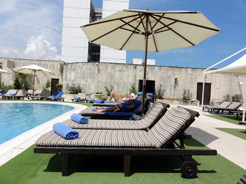melia_cohiba_hotel_poolside