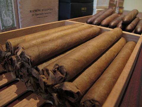 hamlet_house_cigars_-robsto_extra1